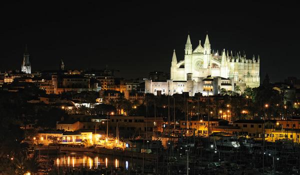 Mallorca-bei-Nacht-Kathedrale-ajoure-travel