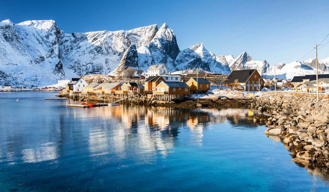Norwegen See mit Klippen