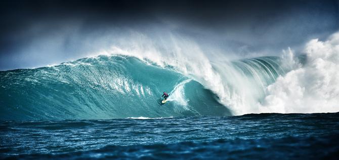 Surfer und brechende Welle