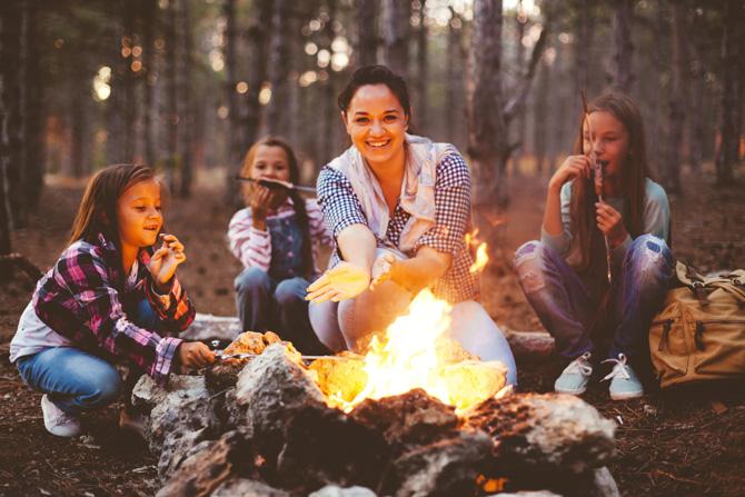 Familienausflug zelten im Wald