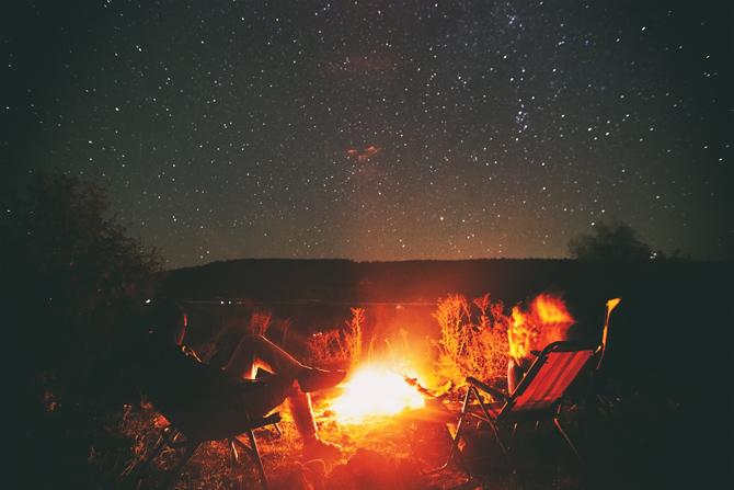 Lagerfeuer am See bei Nacht
