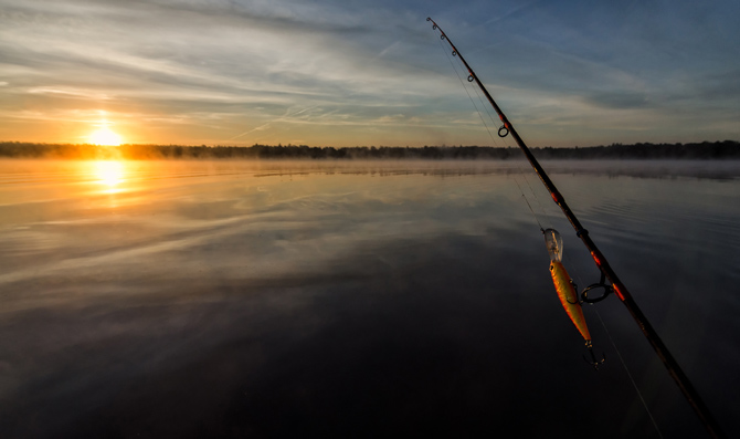 Sonnenuntergang beim Fischen in Schweden am See