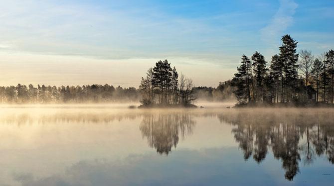 Schwedens Seen im Morgengrauen mit Nebel