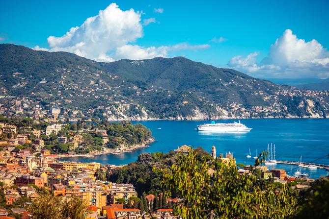 Die Ligurische Küste mit Kreuzfahrtschiff