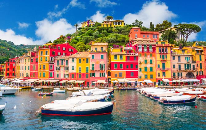 Portofino am Ufer mit Booten