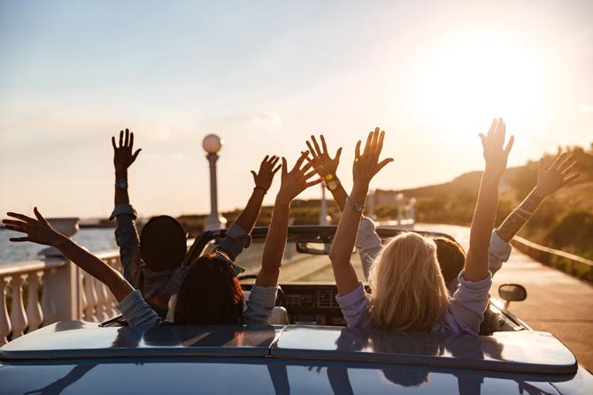 Roadtrip mit Freunden im Cabrio